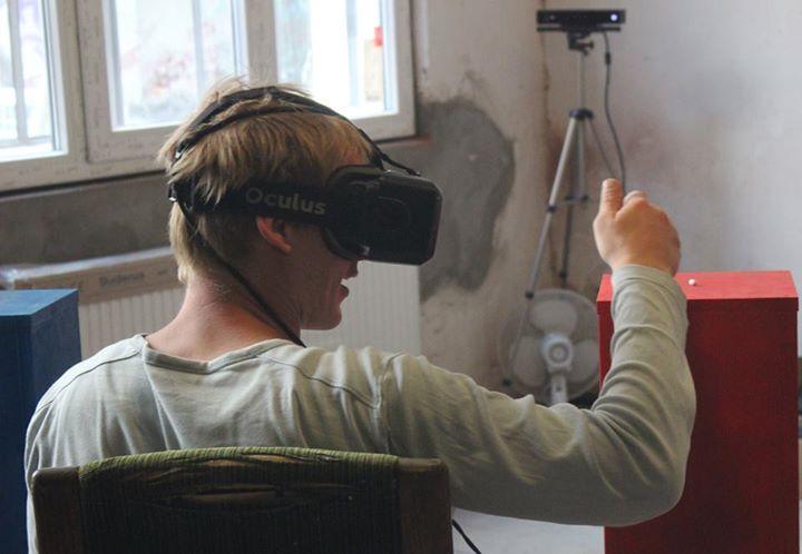 In die virtuelle Realität begibt man sich am besten sitzender Weise - danach darf die neue Umwelt natürlich auch zu Fuß erkundet werden.